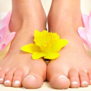 Dépose de gel sur les ongles des pieds